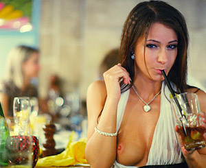 Babe flashed her tits in a crowded restaurant
